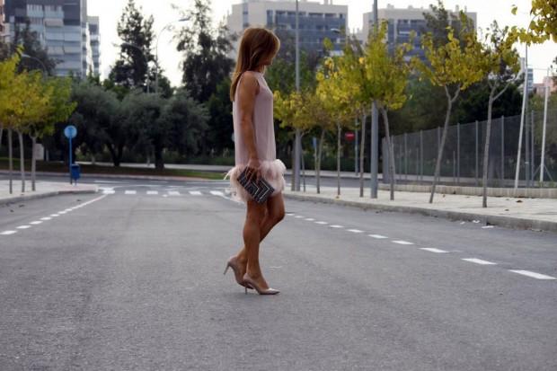 vestido hoss intropia de plumas rosa empolvado