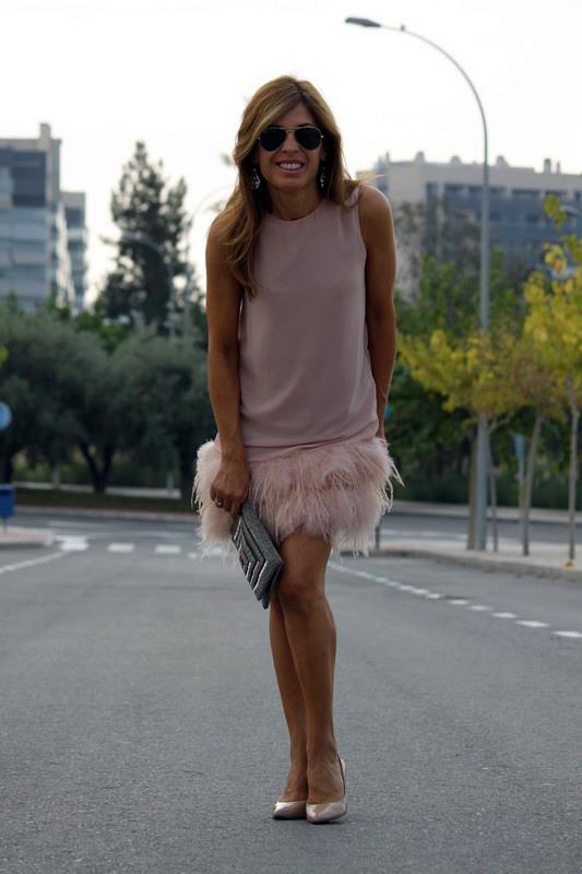cincuenta y que con vestido tonos nude plumas