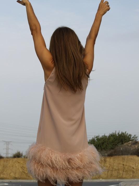 vestido rosa empolvado de plumas espaldas