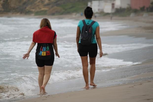 amigas paseando por la playa