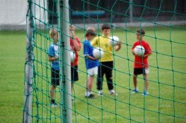 ninos-jugando-futbol-3_2793457